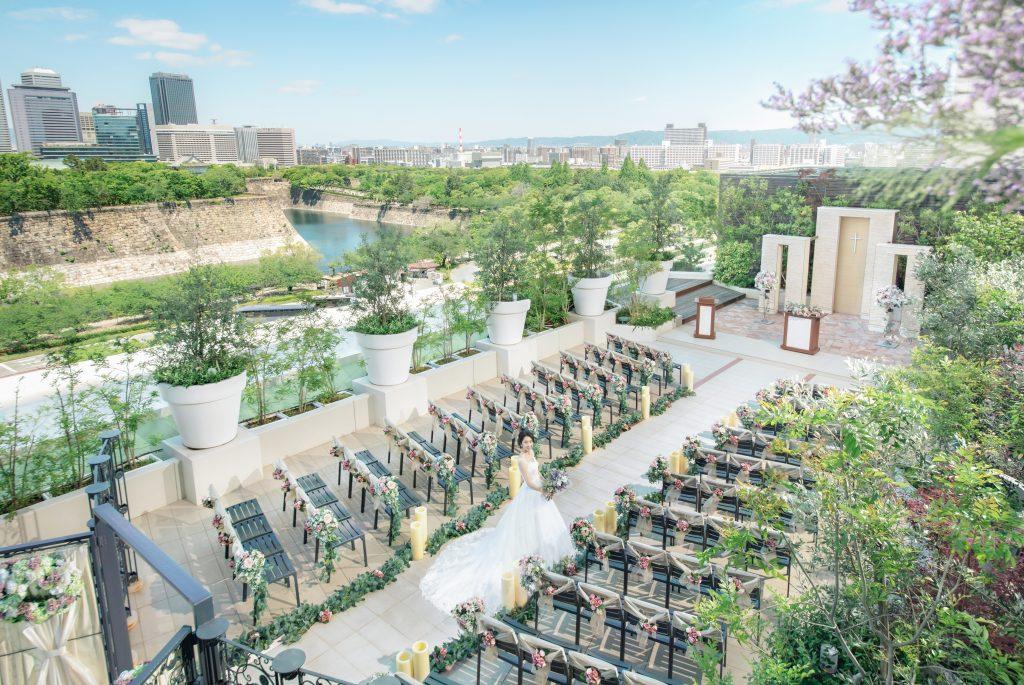 【自然あふれる緑に囲まれたガーデンチャペル】大阪城に見守られながら笑顔いっぱいの挙式を。※館内挙式もお選びいただけます。
