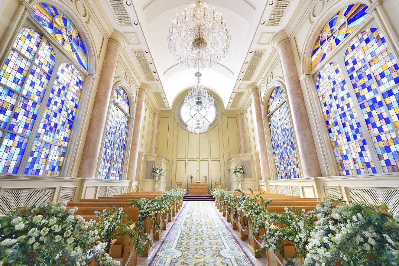 あたたかい自然光に包まれた壮麗な大聖堂